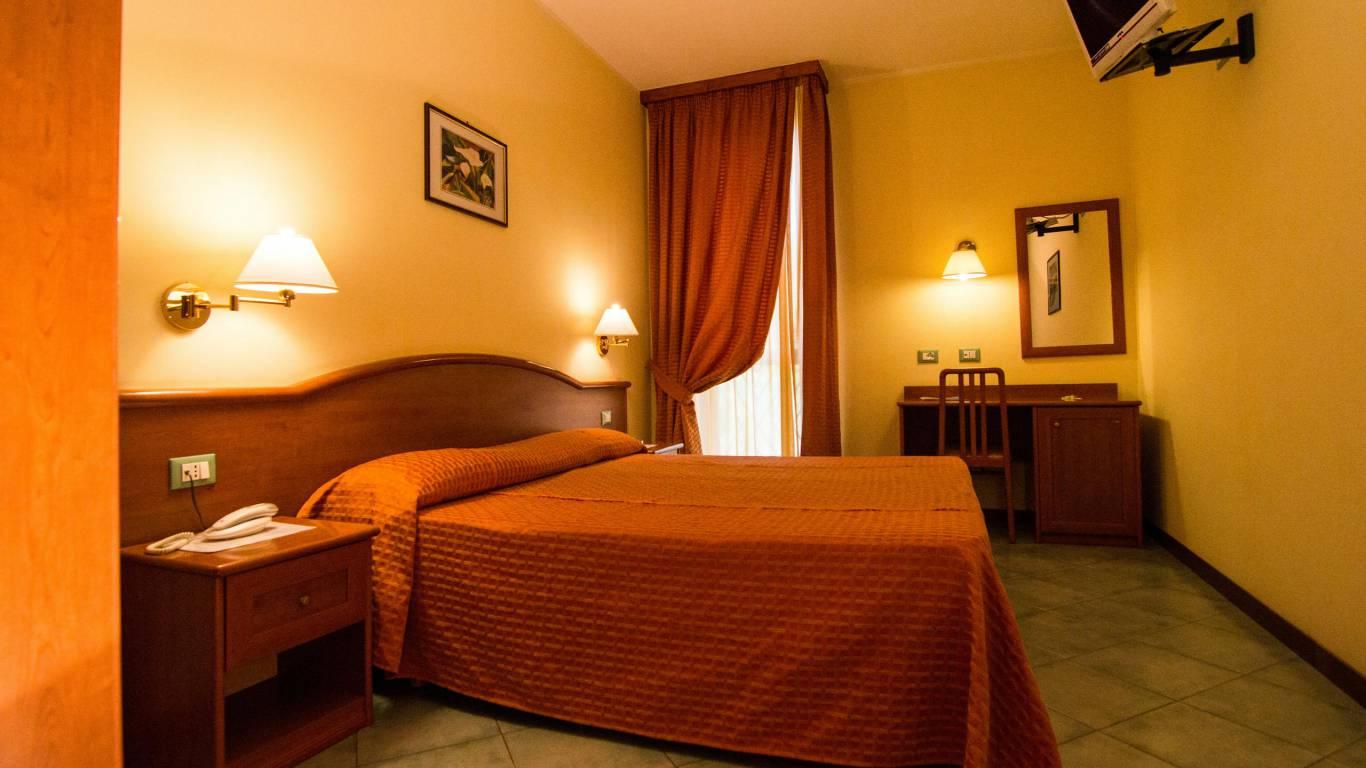 Hotel-degli-amici-artena-dus-room